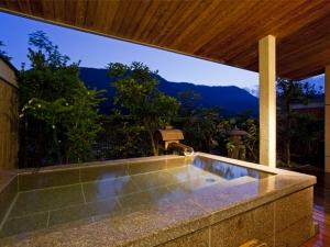 紅梅亭貸切露天風呂「花くらぶ」 降り注ぐ星と月明かりに照らされる特別な夜
