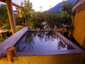 天然温泉を引いた露天風呂付き客室でくつろぎの休日