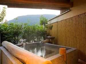【露天風呂付き客室】お部屋の温泉露天風呂で時を忘れ寛ぎの時間をお過ごしください