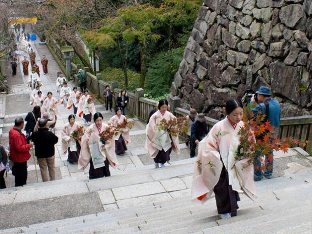 紅葉で染まる象頭山を背景に「紅葉祭」